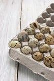 Uova di quaglia nel cartone che ingrassa la tavola bianca Immagini Stock Libere da Diritti