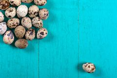 Uova di quaglia su fondo di legno immagini stock