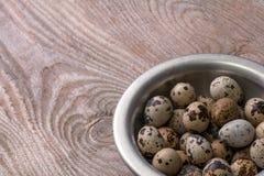 Uova di quaglia su fondo di legno fotografia stock