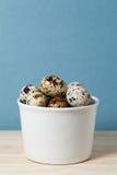 Uova di quaglia su un fondo blu immagine stock