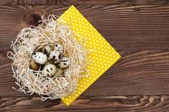 Uova di quaglia in un nido su un fondo di legno Immagine Stock Libera da Diritti
