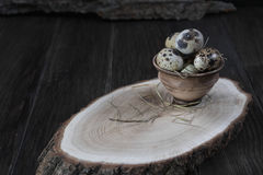 Uova di quaglia in vaso di argilla su fondo scuro immagini stock libere da diritti