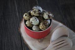 Uova di quaglia in vaso rosso su fondo scuro fotografia stock libera da diritti