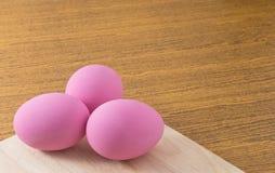 Uova di secolo o uova di Pidan sul tagliere Fotografie Stock Libere da Diritti