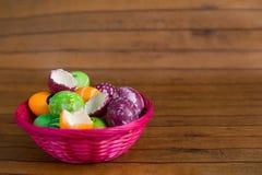 Uova dipinte colore di Pasqua e pollo giallo Fotografie Stock