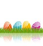 Uova dipinte tradizionali di Pasqua in erba verde Fotografie Stock Libere da Diritti