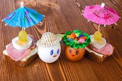 Uova divertenti nel cappello e nella corona Fotografie Stock