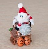 Uova divertenti, Santa, casa Immagine Stock