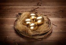 Uova dorate nel nido Fotografie Stock Libere da Diritti