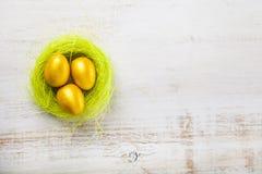 Uova dorate in un nido Fotografie Stock