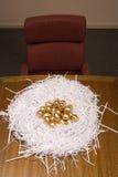 Uova dorate in un nido di carta Fotografia Stock Libera da Diritti