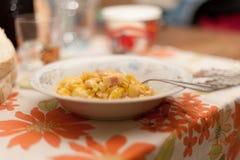 Uova e bacon rimescolati in piatto ceramico con la forcella le FO italiane fotografia stock