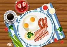 Uova e bacon sul piatto con le bevande dal lato Fotografie Stock