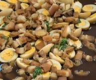 uova e carne di maiale in salsa marrone Immagini Stock