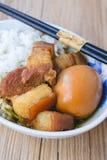 Uova e carne di maiale in salsa marrone, cucina tailandese, uova sode con il 'chi' Fotografie Stock
