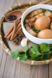 Uova e carne di maiale in salsa marrone, cucina tailandese, uova sode con il 'chi' Immagini Stock Libere da Diritti