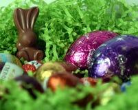 Uova e coniglietti di cioccolato dalle fabbriche del cioccolato Immagine Stock