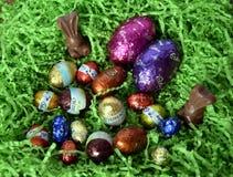 Uova e coniglietti di cioccolato dalle fabbriche del cioccolato Immagini Stock