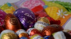 Uova e coniglietti di cioccolato dalle fabbriche del cioccolato Fotografia Stock