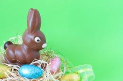 Uova e coniglietto di cioccolato di Pasqua Fotografia Stock