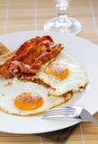 Uova e pancetta affumicata Immagini Stock Libere da Diritti