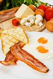 Uova e pancetta affumicata con pane tostato Fotografia Stock