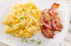 Uova e pancetta affumicata rimescolate fotografia stock libera da diritti