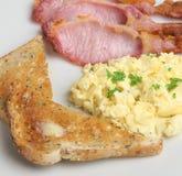 Uova e pancetta affumicata rimescolate Fotografie Stock