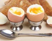 Uova e pane tostato bolliti Fotografia Stock