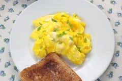 Uova e pane tostato rimescolati Immagini Stock Libere da Diritti