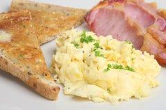 Uova e prima colazione rimescolate della pancetta affumicata immagine stock libera da diritti