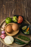 Uova e spezia per il cuoco in buona salute sul fondo di legno della tavola Fotografia Stock Libera da Diritti