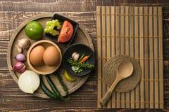Uova e spezia per il cuoco in buona salute sul fondo di legno della tavola nella cima Fotografie Stock Libere da Diritti