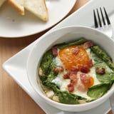 Uova e spinaci cotti Immagini Stock Libere da Diritti