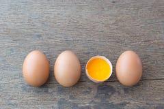 Uova e tuorlo d'uovo sui precedenti bianchi fotografia stock