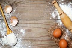 Uova, farina sulla tavola di legno fotografie stock libere da diritti