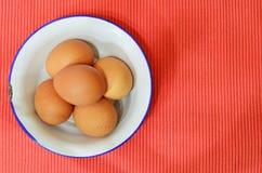 Uova fresche del pollo in tazza dello zinco Immagine Stock Libera da Diritti