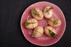 Uova fresche di quaglia e del pollo sul piatto rosa Vista superiore Alimento sano e concetto di agricoltura biologica Immagine Stock