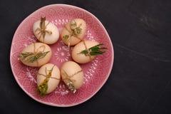 Uova fresche di quaglia e del pollo sul piatto rosa Vista superiore Alimento sano e concetto di agricoltura biologica Fotografia Stock