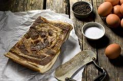 Uova fresche e bacon dell'azienda agricola organica Fotografia Stock Libera da Diritti