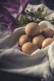 Uova fresche su un asciugamano Fotografia Stock