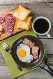 Uova fritte, bacon e caffè Immagini Stock
