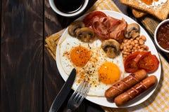 Uova fritte con bacon, le salsiccie e le verdure per la prima colazione Fotografie Stock Libere da Diritti