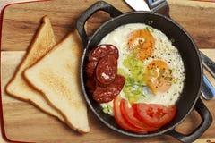Uova fritte con chorizo ed il pomodoro Fotografie Stock Libere da Diritti