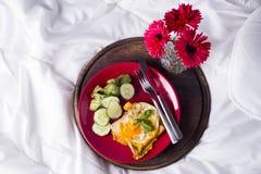 Uova fritte con i pani tostati ed il tè a letto Fotografia Stock Libera da Diritti