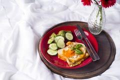 Uova fritte con i pani tostati ed il tè a letto Fotografie Stock Libere da Diritti