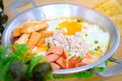 Uova fritte con il prosciutto della salsiccia ed il pepe, fine sulle uova fritte di vista Fotografie Stock Libere da Diritti