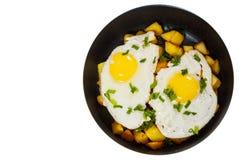 Uova fritte con la patata sulla pentola Vista superiore Isolato Fotografia Stock