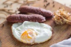 Uova fritte con le salsiccie e cavolo fritto fotografia stock libera da diritti