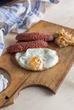Uova fritte con le salsiccie e cavolo fritto fotografia stock